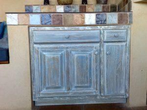 meuble de rangement patine bleu assortie carrelage
